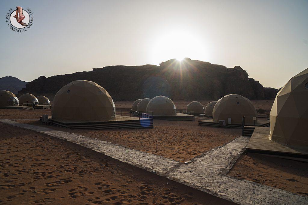 Dormir en el desierto de Jordania haima amanecer
