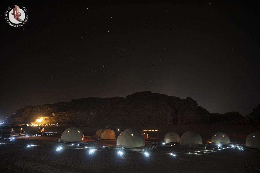 Dormir en el desierto de Jordania haima nocturna