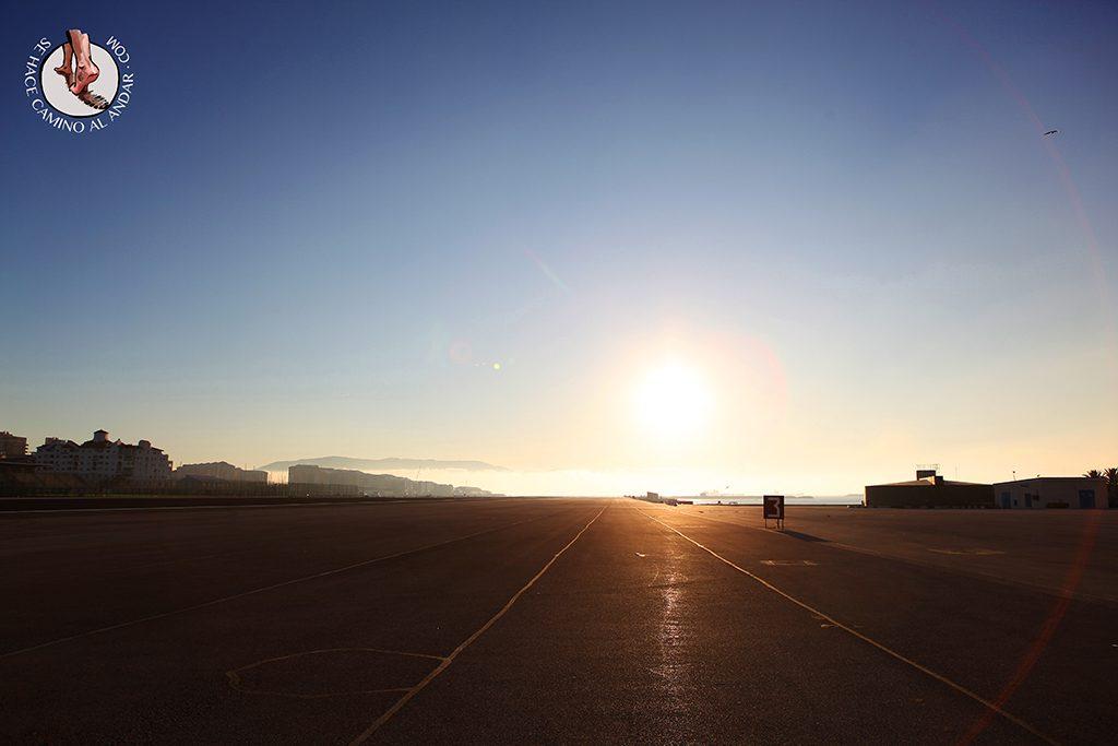 Pista aeropuerto Gibraltar atardecer