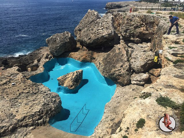 una piscina natural escondida entre las rocas de mallorca