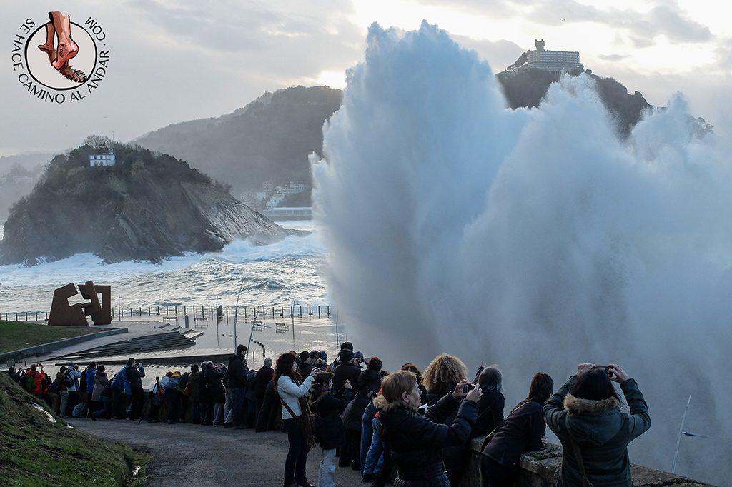 Publico viendo olas gigantes San Sebastian