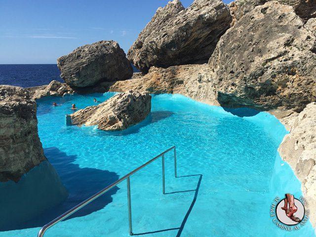 Una piscina natural escondida entre las rocas de mallorca for Piscina natural begur