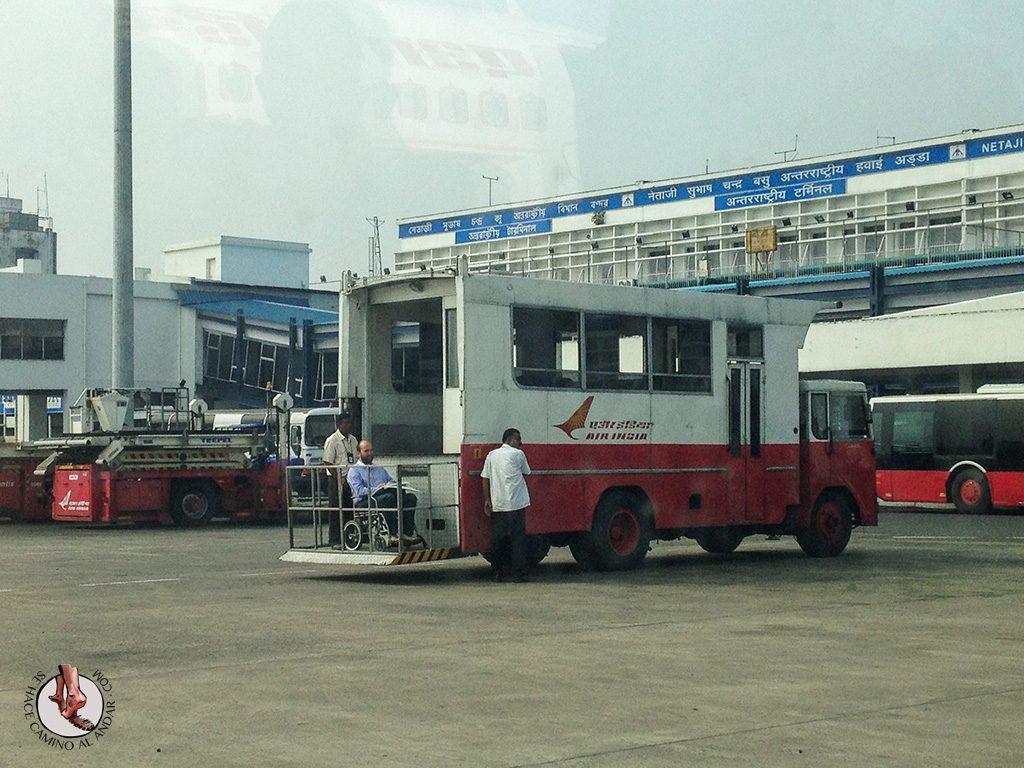 Andoni ambulancia elevadora aeropuerto delhi
