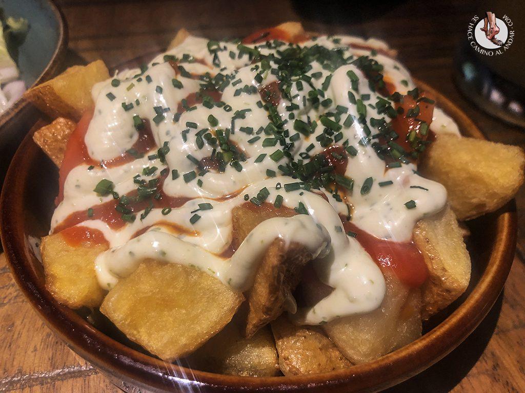 comer en tarifa el frances patatas bravas