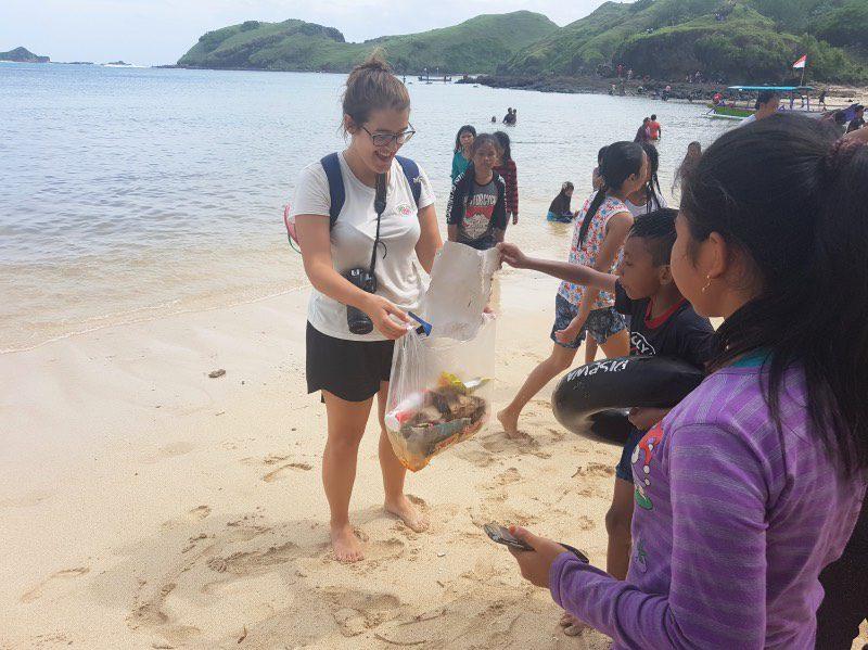 la maleta de carla playa basura