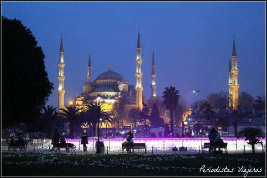 mezquita-azul-iluminada-de-noche