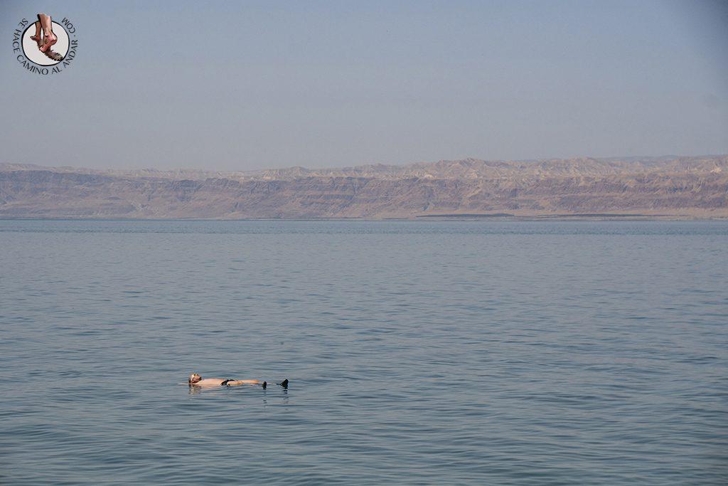 organizar viaje a jordania mar muerto flotando