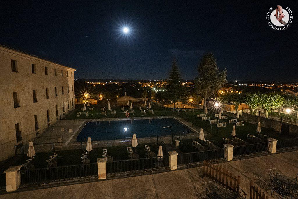 parador hotel piscina noche