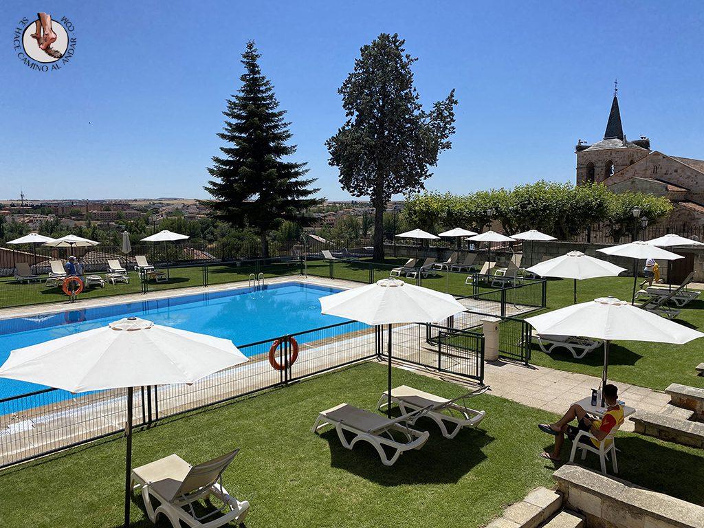 parador hotel piscina zamora tumbonas