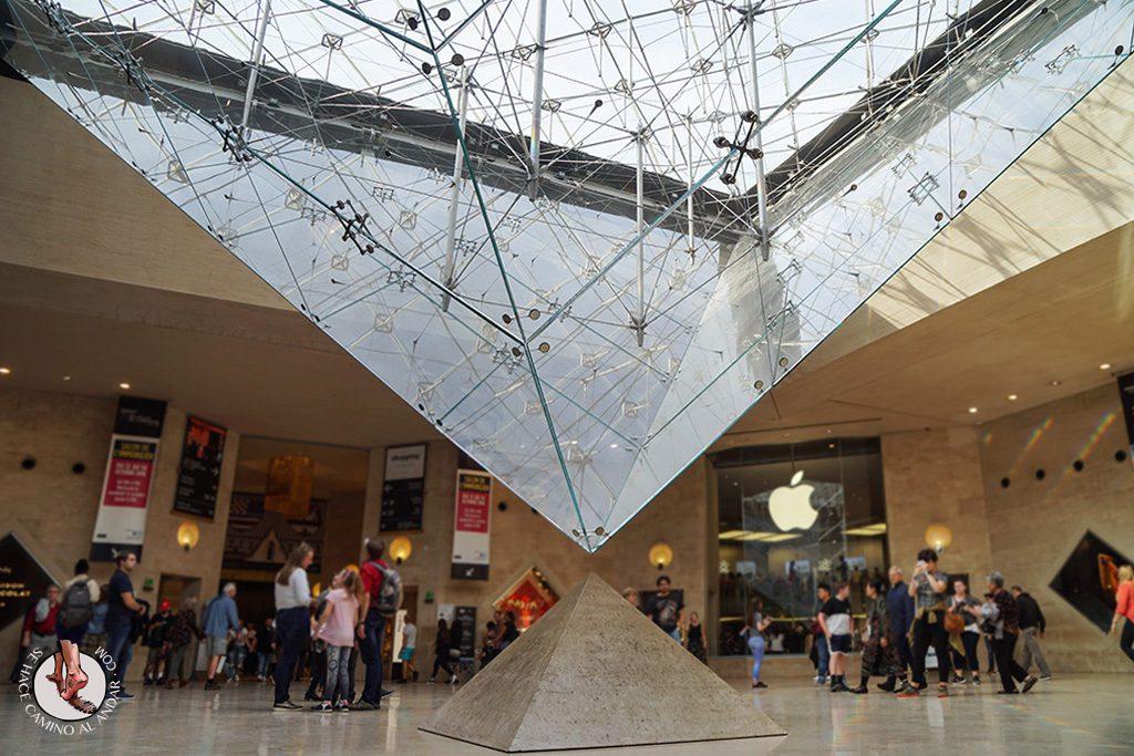 que ver en paris museo louvre piramide invertida