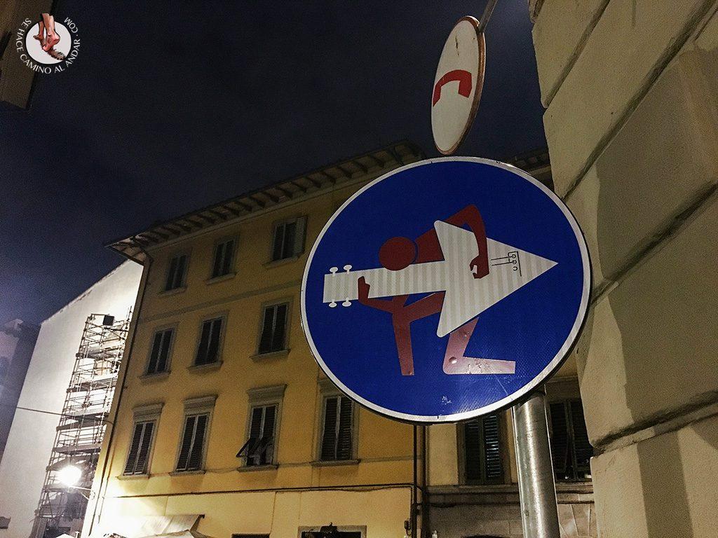 señal dirección obligatoria postura rock