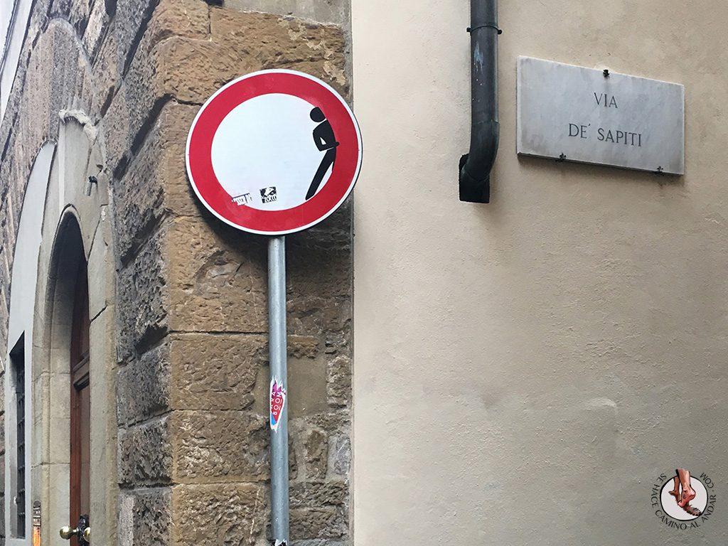 señal prohibido circular persona asomando