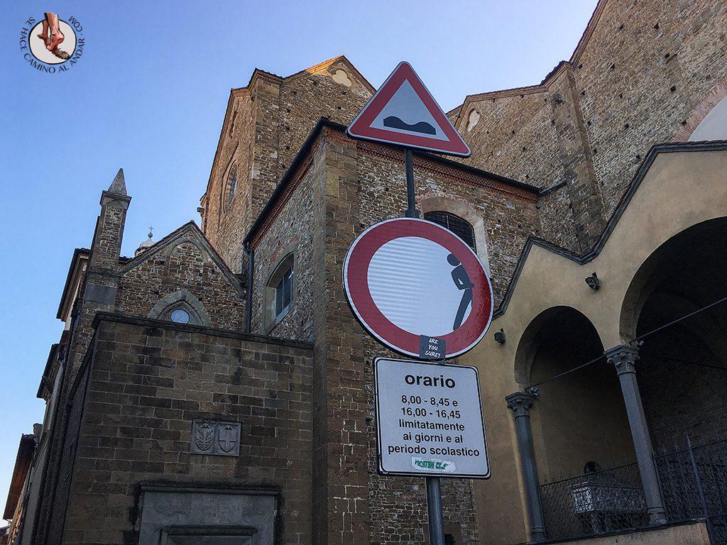 señal prohibido circular persona escondida