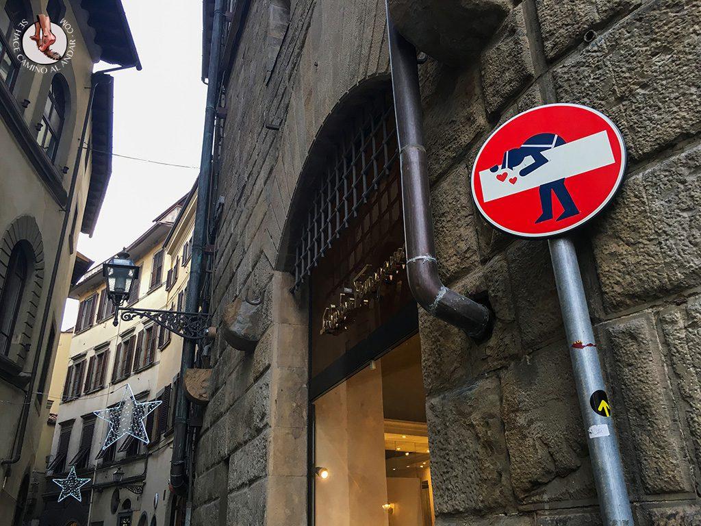 señal prohibido policía besos