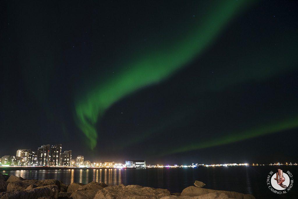 visitar reikiavik en un dia aurora boreal