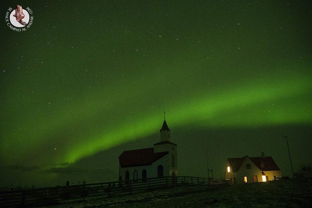 Aurora boreal iglesia Islandia