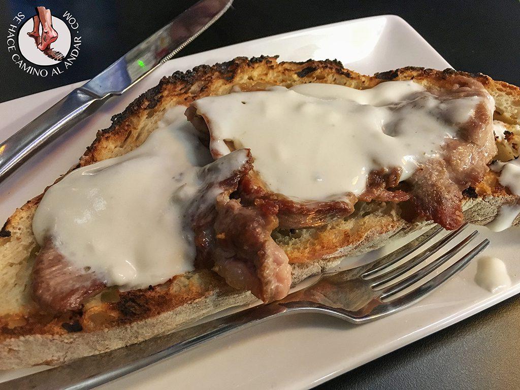 Bar cofrade tosta de solomillo queso valdeon