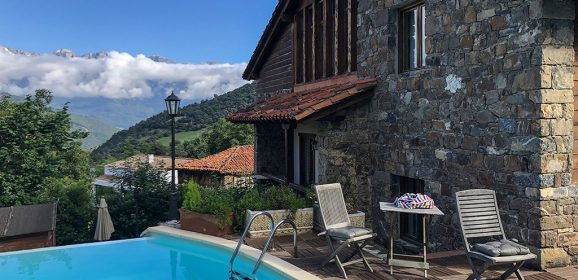 La Casa de las Chimeneas y su piscina con vistas a los Picos de Europa