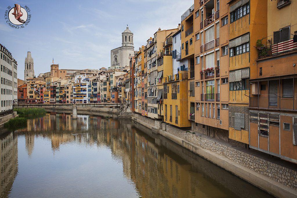 Casas sobre el río Oñar