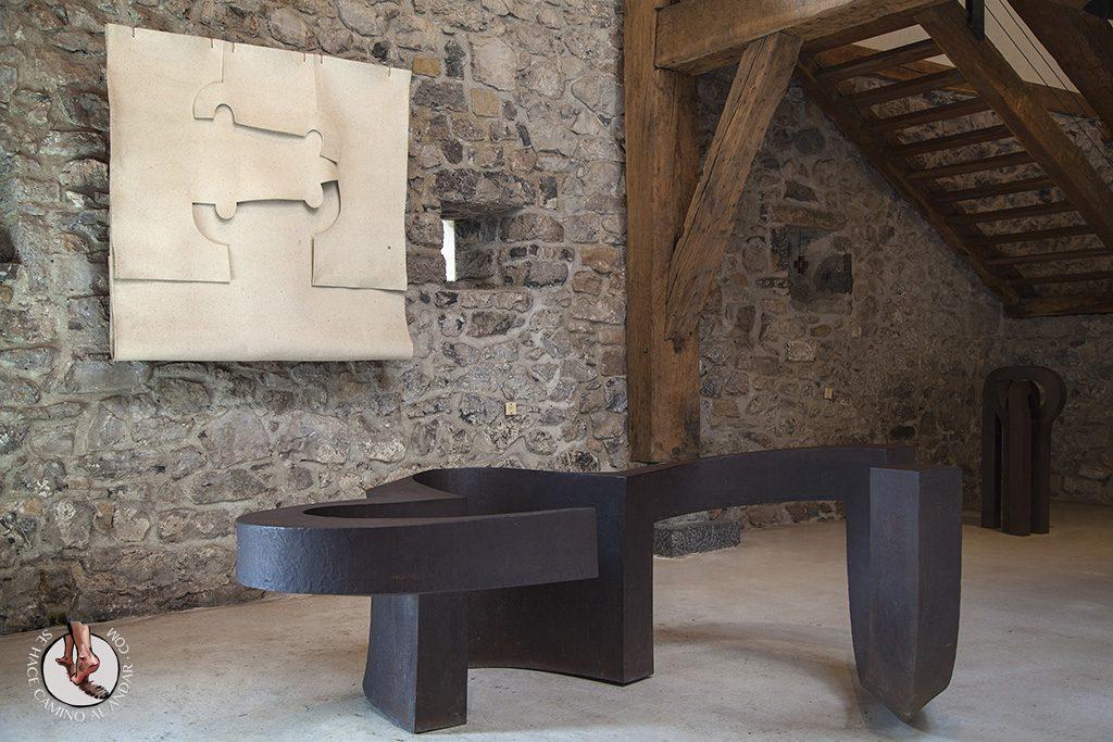 caserio-zabalaga-cuero-escultura