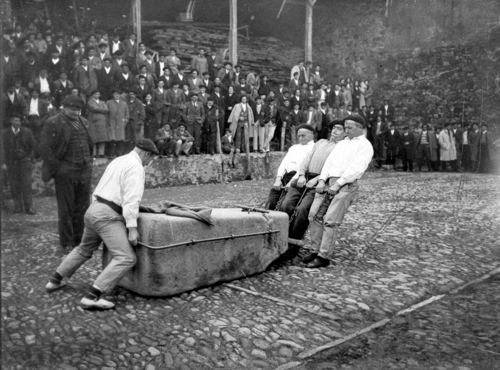Deportes rurales vascos Herri Kirolak gizon proba arrastre piedra hombre