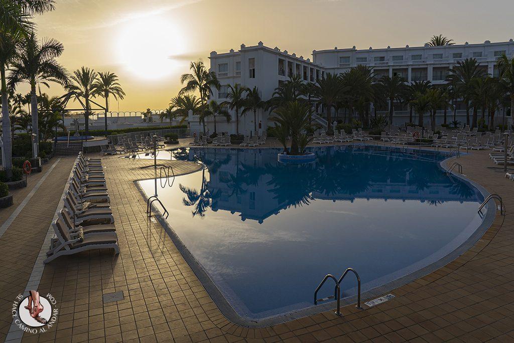 Dormir en Gran Canaria piscina atardecer