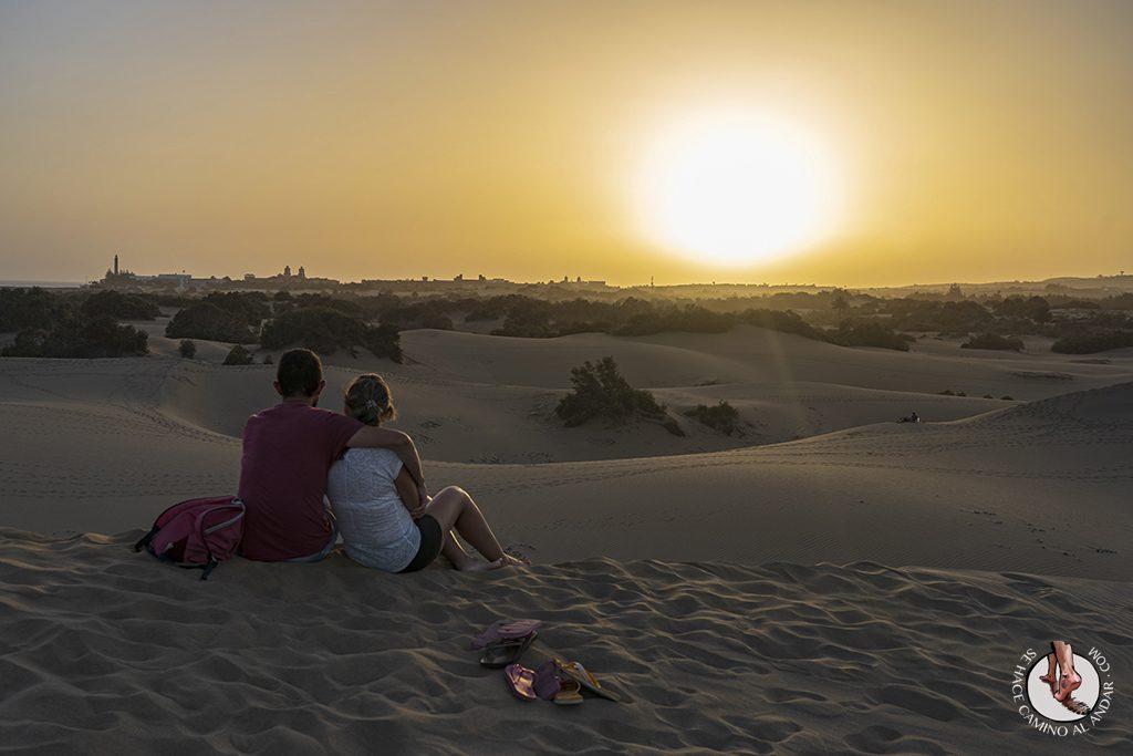 Dunas de Maspalomas desierto Gran Canaria atardecer pareja