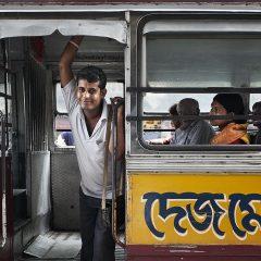 Postal viajera: El cobrador del autobús y el cruce de miradas