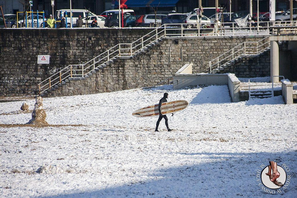 Surfista muneco nieve