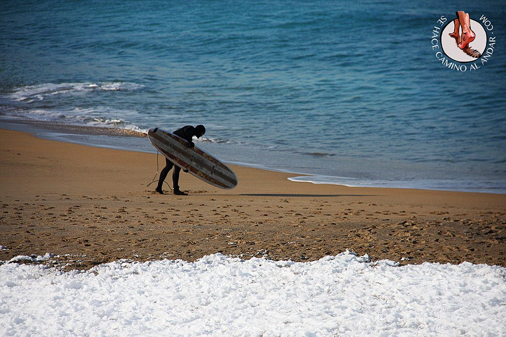 Surfista preparando mar nieve