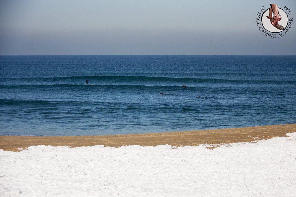 Surfistas mar arena nieve
