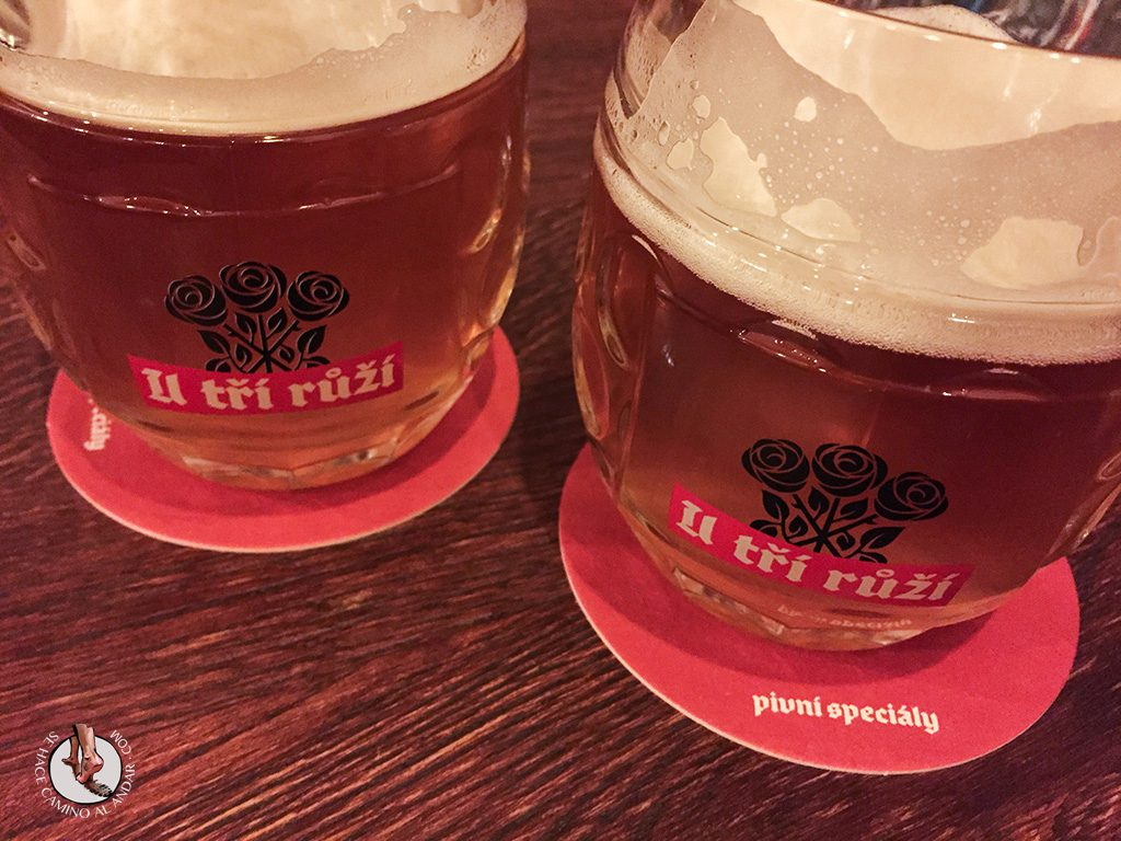 U tri ruzi cerveza Praga