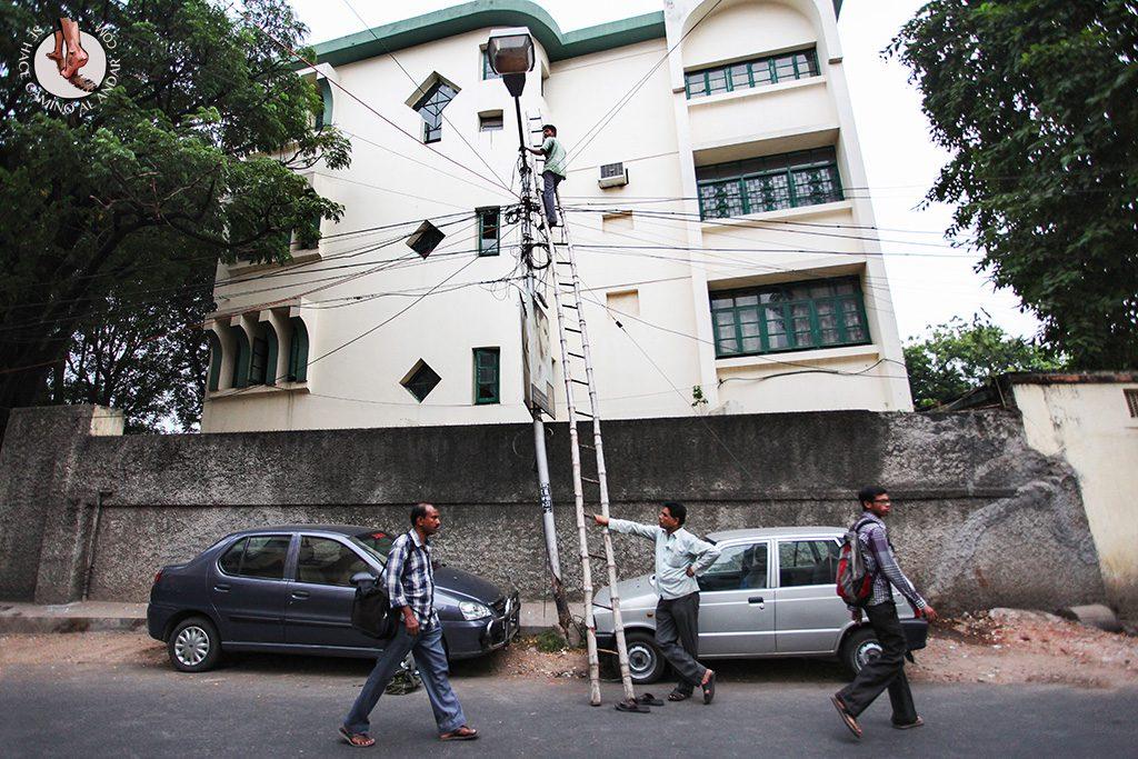 cambio de bombilla de la farola en india