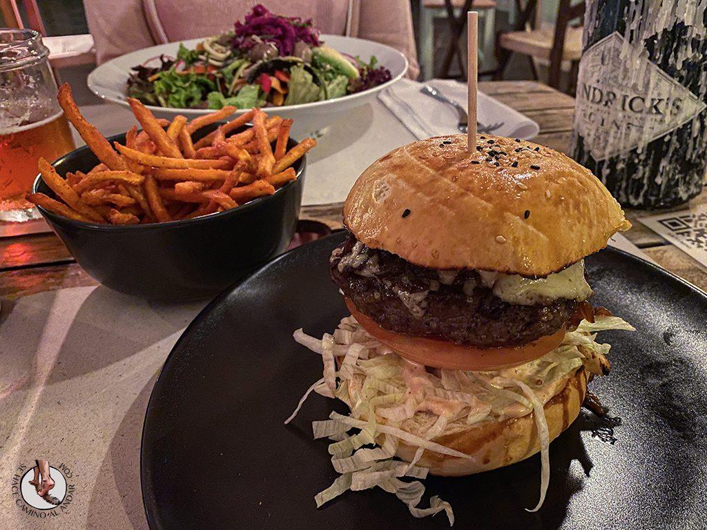 comer en sagres Three Little Birds burger ensalada