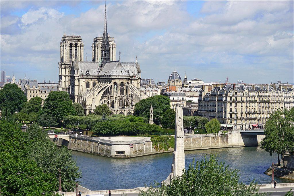 Sainte Geneviève de Paul Landowski devant Notre-Dame de Paris (France)