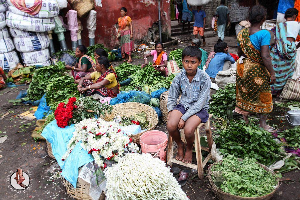Niño mercado de las flores Calcuta
