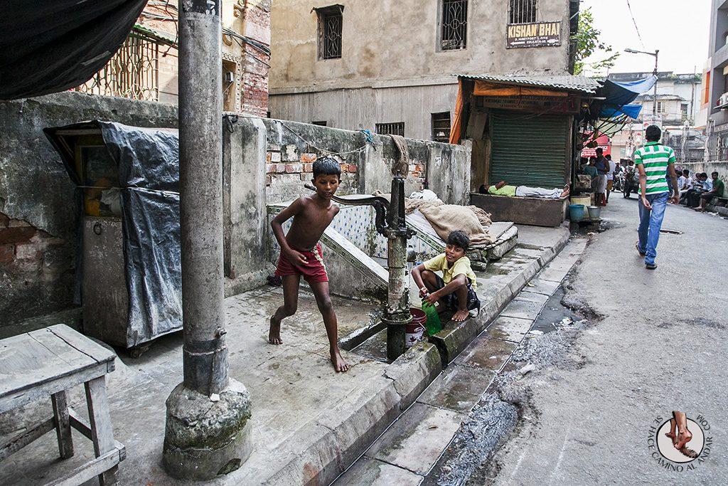niños jugando con agua calcuta