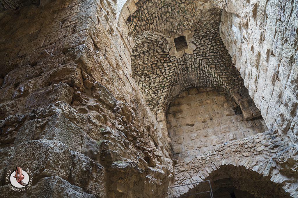 organizar viaje a jordania castillo de aljun interior
