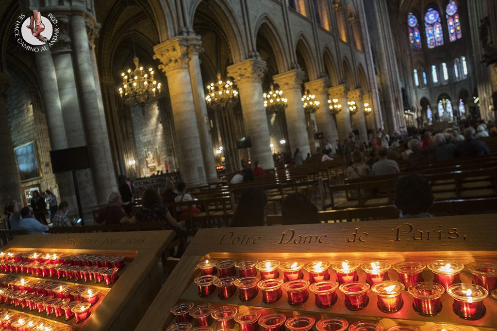 que ver en paris catedral notre dame velas