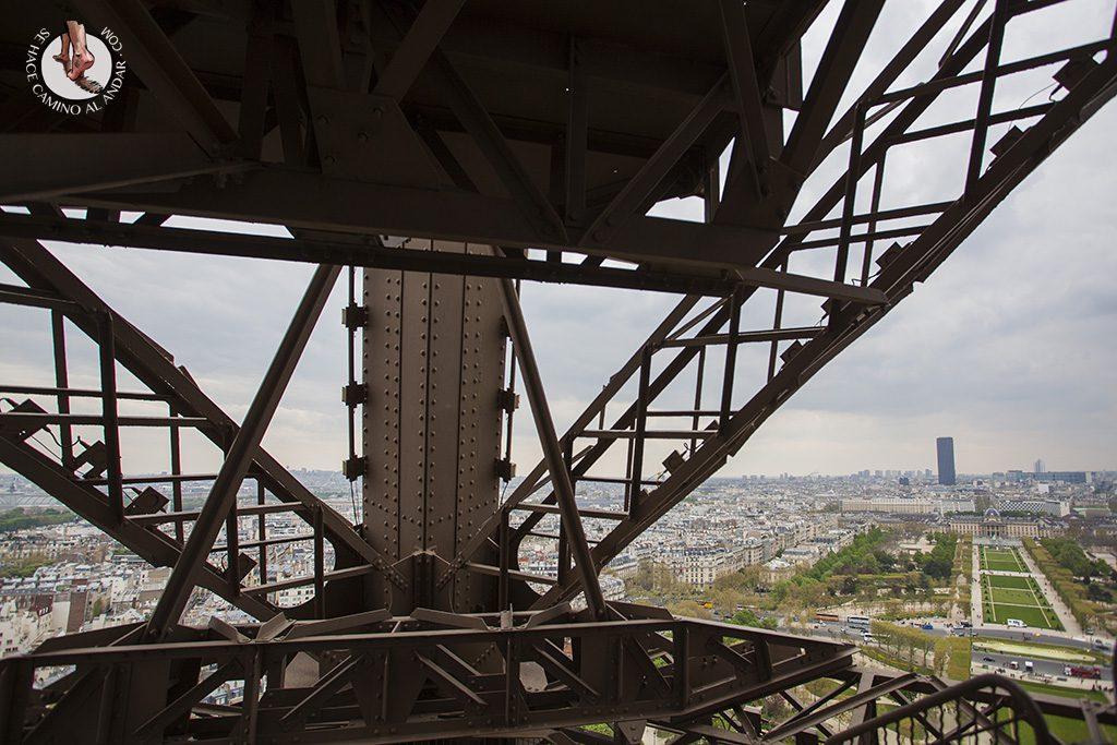 que ver en paris torre eiffel escalera