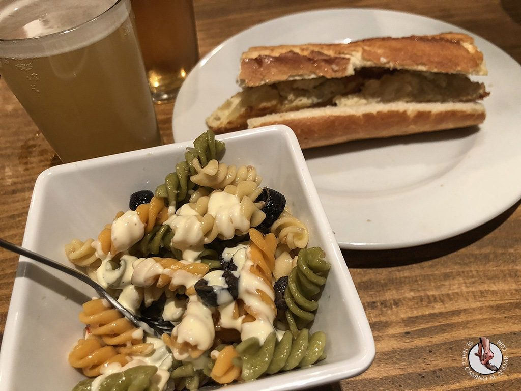 tapas de León la tizona bocadillos ensalada de pasta