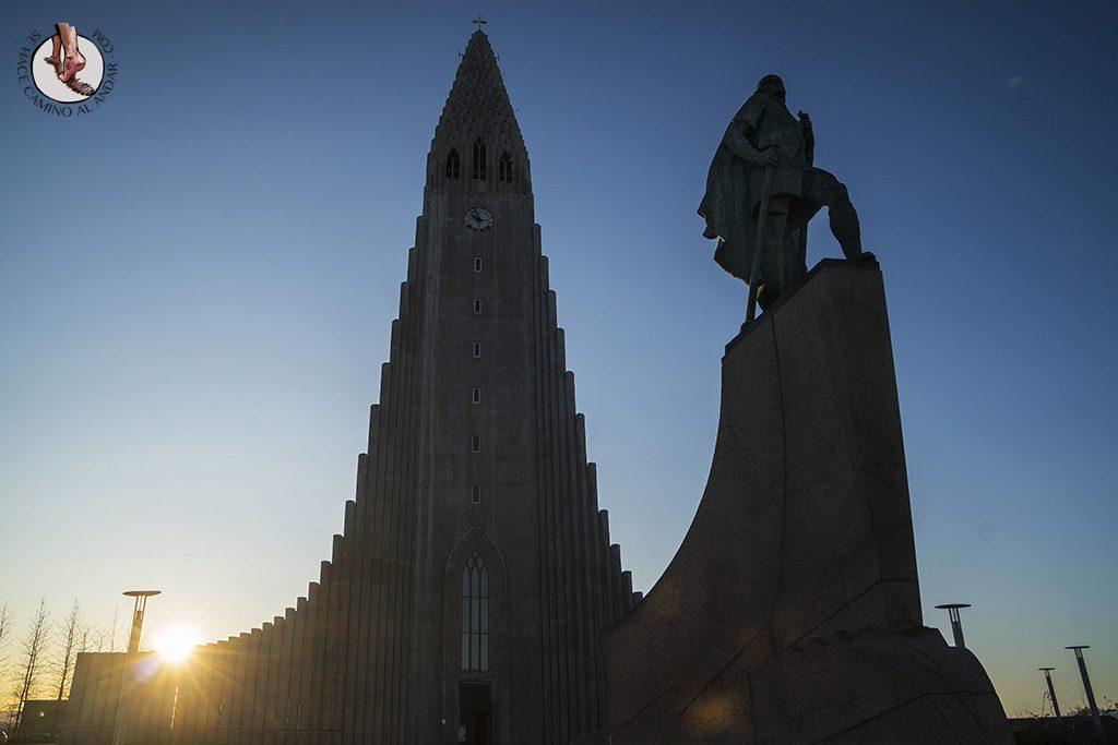 visitar reikiavik 1 dia iglesia Hallgrimskirkja escultura
